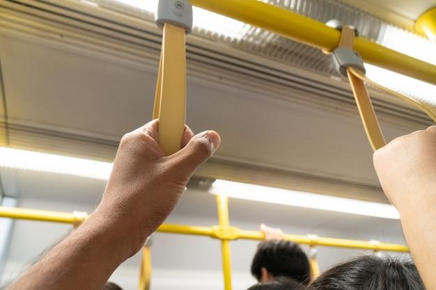 Uchwyt ręczny dla osób stojących w autobusie publicznym. Premium Zdjęcia