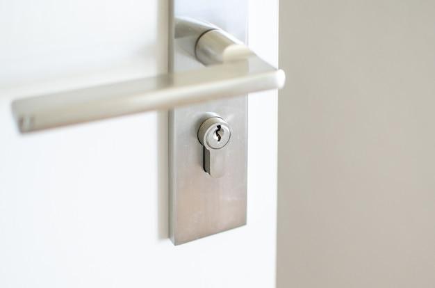 Uchwyt stalowej gałki na drzwiach Premium Zdjęcia