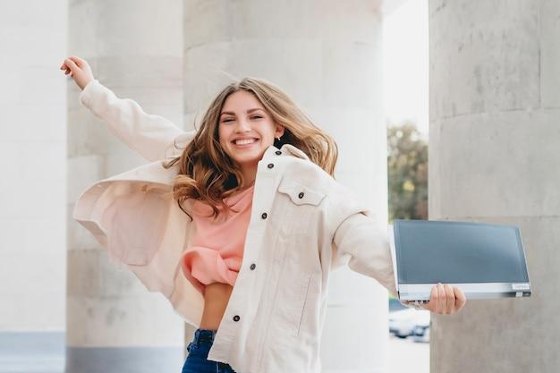 Uczeń Blondynka Skacze Z Radości. Dziewczyna Pomyślnie Zdała Egzamin, Koncepcja Edukacji Premium Zdjęcia