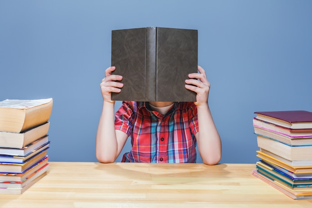 Uczeń W Okularach Zdobywający Wiedzę Z Podręcznika Premium Zdjęcia