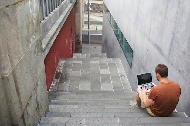 Uczeń z laptopem na przerwie Darmowe Zdjęcia