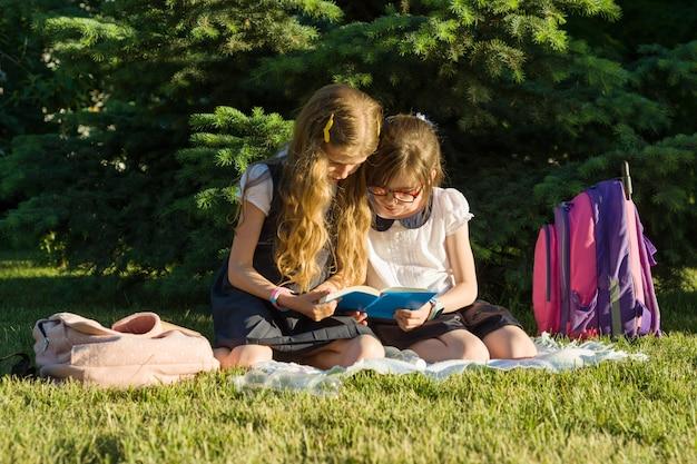 Uczennica Dwóch Przyjaciółek Małej Dziewczynki Premium Zdjęcia
