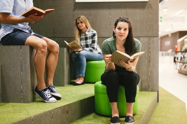 Ucznie czyta książki w bibliotece Darmowe Zdjęcia