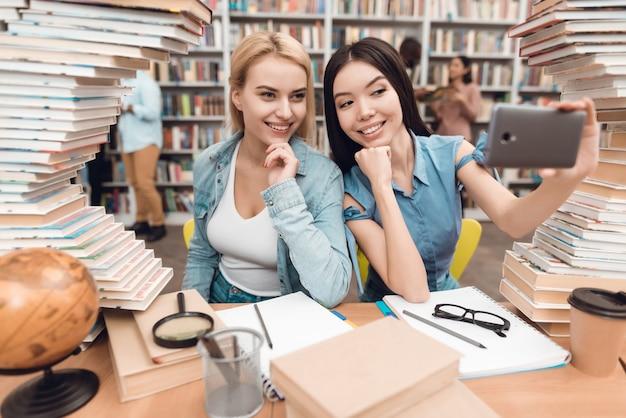 Uczniowie Biorą Selfie W Szkolnej Bibliotece. Premium Zdjęcia