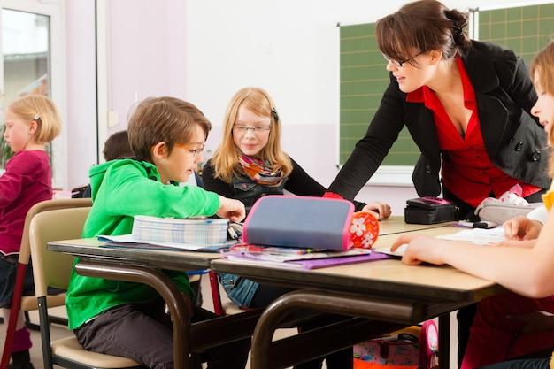 Uczniowie i nauczyciele uczący się w szkole Premium Zdjęcia