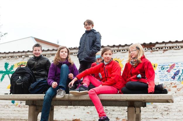 Uczniowie na szkolnym terenie swojej szkoły Premium Zdjęcia