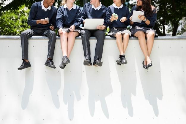 Uczniowie odrabiania lekcji w parku Darmowe Zdjęcia