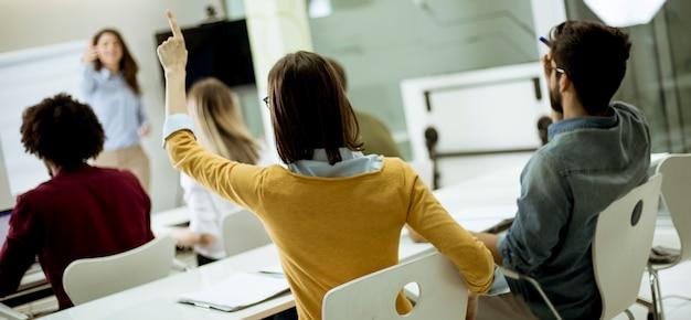 Uczniowie Podnoszą Ręce, Aby Odpowiedzieć Na Pytanie Podczas Szkolenia Warsztatowego Premium Zdjęcia