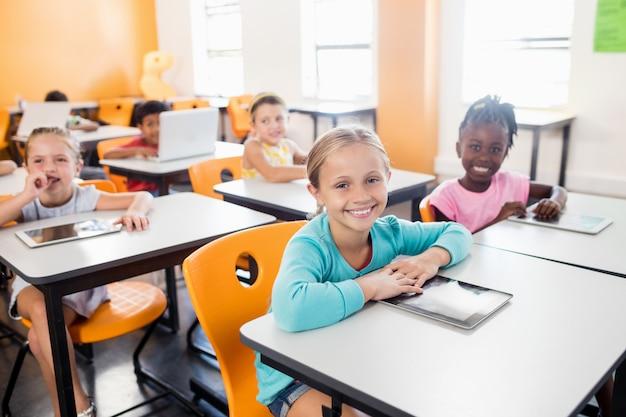 Uczniowie Pracujący Z Tabletem I Laptopem W Klasie Premium Zdjęcia