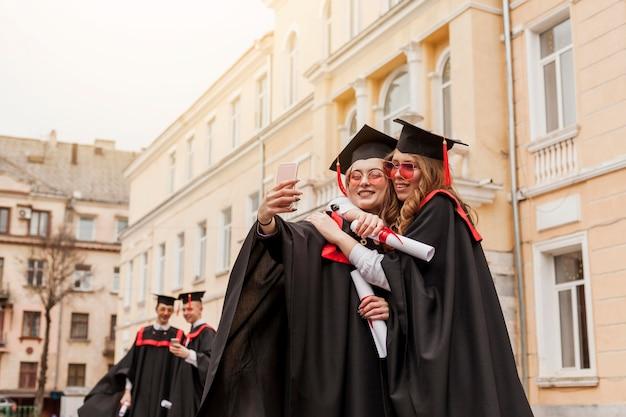 Uczniowie Przytulają Się I Robią Zdjęcia Darmowe Zdjęcia