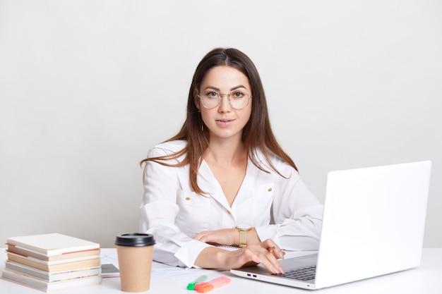 Udany Copywriter Zajęty Pracą Z Laptopem Premium Zdjęcia