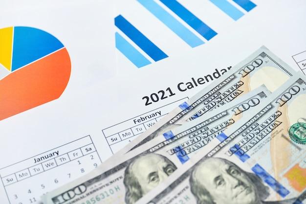 Udany Rok 2021 W Generowaniu Zysków Dla Firm Z Dolarami Na Papierowych Wykresach. Premium Zdjęcia