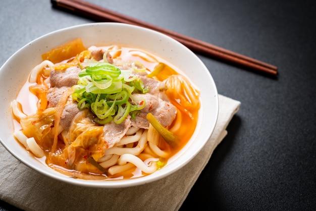 Udon Ramen Makaron Z Wieprzowiną I Kimchi Premium Zdjęcia
