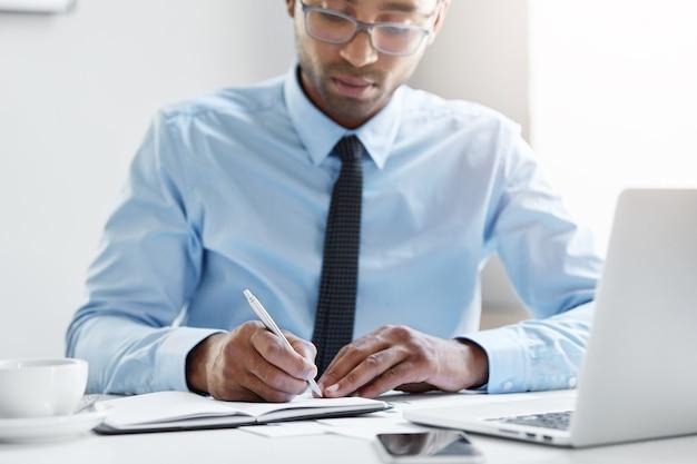 Ufny Biznesmen Pracuje Na Swoim Laptopie Darmowe Zdjęcia