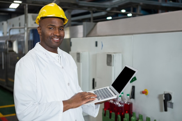 Ufny Człowiek Za Pomocą Laptopa W Fabryce Soków Darmowe Zdjęcia