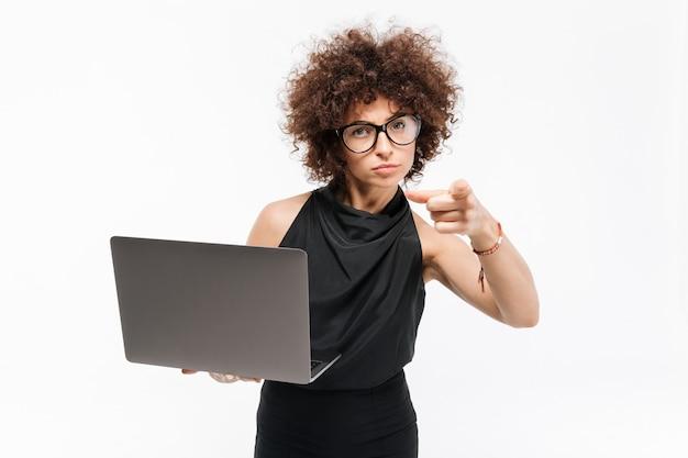 Ufny Młody Bizneswoman Trzyma Laptop W Eyeglasses Darmowe Zdjęcia