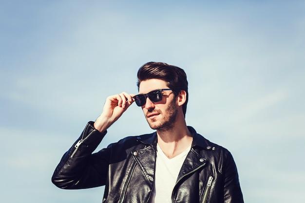 Ufny Przystojny Mężczyzna W Okularach Przeciwsłonecznych Premium Zdjęcia