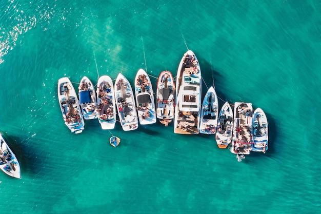 Ujęcia Z Lotu Ptaka Z Drona Różnej Wielkości łodzi Zacumowanych Blisko Siebie W Pobliżu Molo Darmowe Zdjęcia