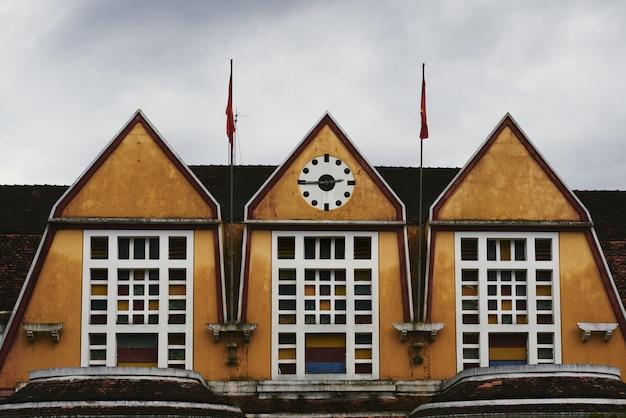 Ujęcie dachu dworca kolejowego z zegarami wskazującymi kwadrans trzecia Darmowe Zdjęcia