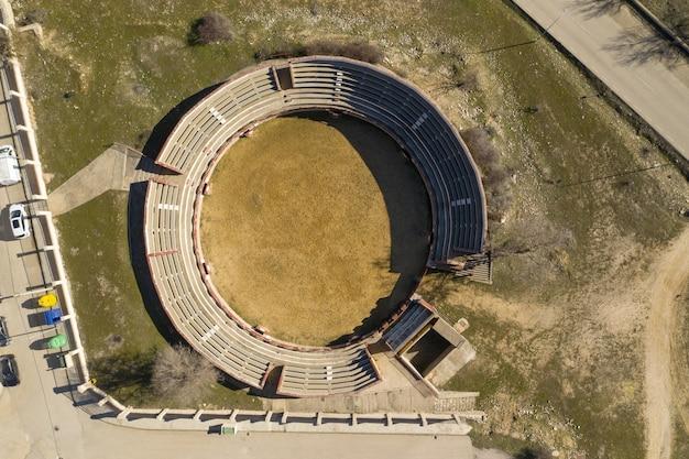 Ujęcie Małego Kamiennego Stadionu Na Trawiastym Podwórku Darmowe Zdjęcia