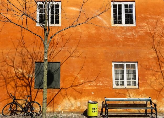 Ujęcie Roweru, ławki, Kosza I Nagiego Drzewa Obok Ceglanego Budynku Darmowe Zdjęcia