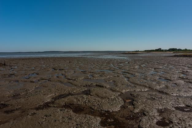 Ujęcie Suchej, Piaszczystej Plaży W Cais Palafítico Da Carrasqueira, Portugalia Podczas Odpływu Darmowe Zdjęcia