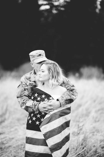 Ujęcie W Skali Szarości Amerykańskiego żołnierza Przytulającego Swoją żonę Darmowe Zdjęcia