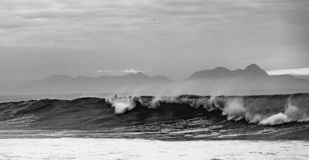 Ujęcie W Skali Szarości Fal Oceanu Na Plaży Copacabana Darmowe Zdjęcia