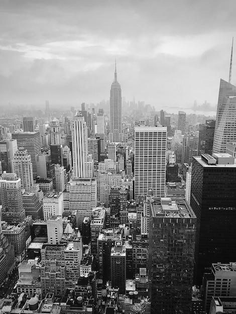 Ujęcie W Skali Szarości Przedstawiające Budynek Imperium W Nowych Usa Darmowe Zdjęcia