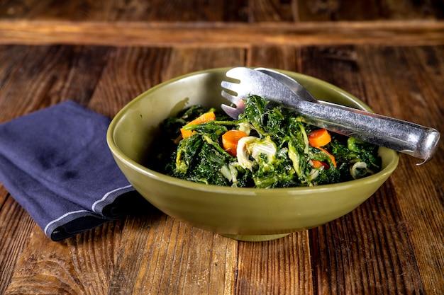 Ujęcie Z Góry Pyszne świeże Warzywa Sałatki Z Szczypiec Do żywności Ze Stali Nierdzewnej Darmowe Zdjęcia