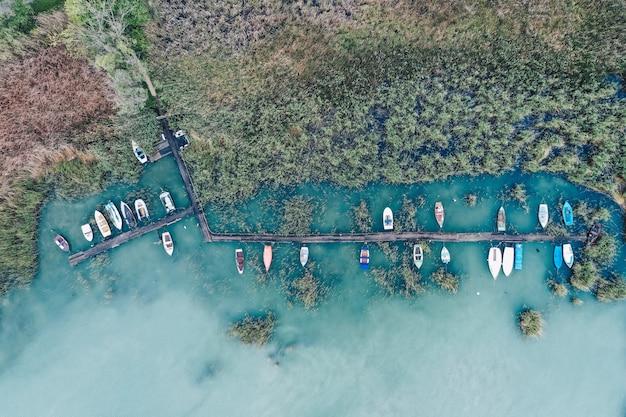 Ujęcie Z Małej Przystani Na Wybrzeżu Z Zaparkowanymi łodziami Rybackimi Darmowe Zdjęcia