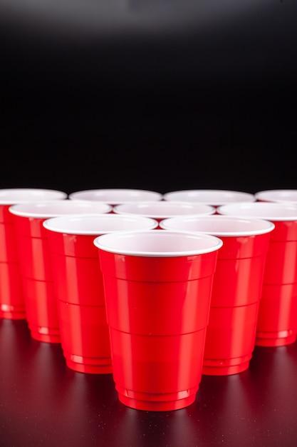 Układ czerwonych plastikowych kubków do gry w piwnego ponga Premium Zdjęcia