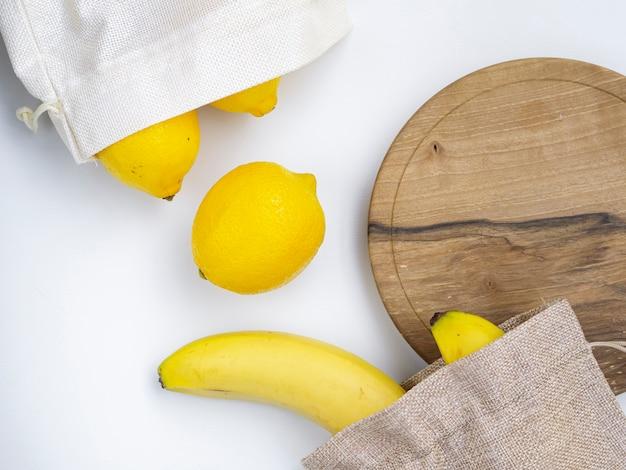 Układ płaski z owocami i deską do krojenia Darmowe Zdjęcia