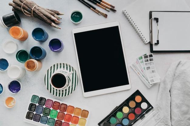 Układ Płaski Z Tabletem I Farbą Darmowe Zdjęcia