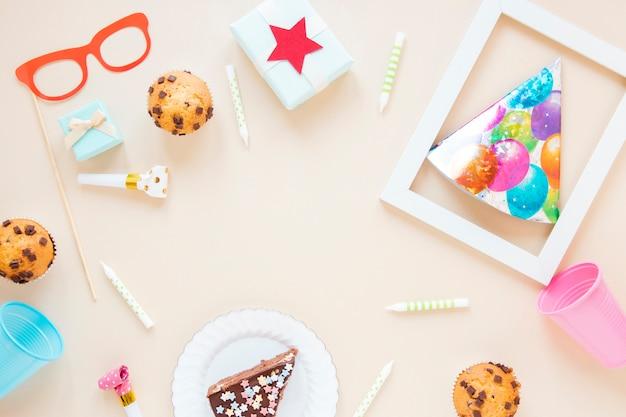 Układ płaskich kolorowych artykułów urodzinowych Darmowe Zdjęcia