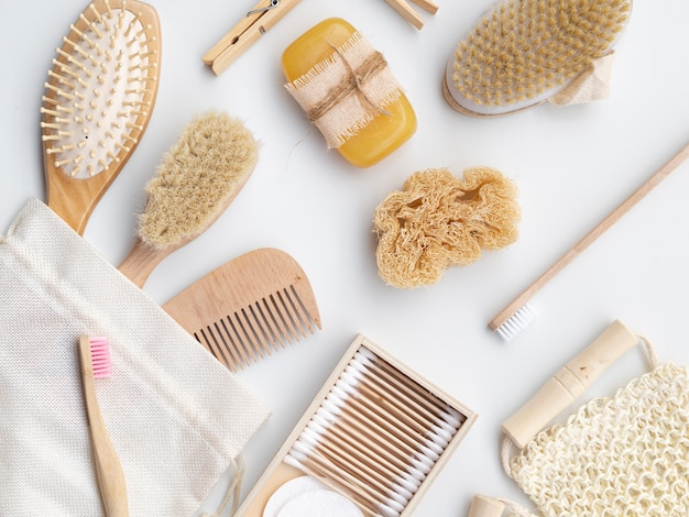 Układ płasko ułożony mydłem, gąbką i szczotkami Darmowe Zdjęcia