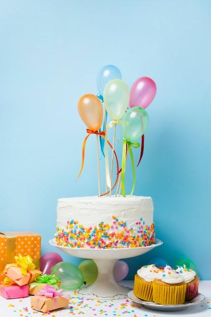 Układ urodziny widok z przodu z kolorowymi balonami Darmowe Zdjęcia