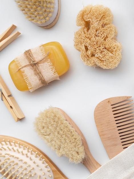 Układ widok z góry mydłem, gąbką i szczotkami Darmowe Zdjęcia
