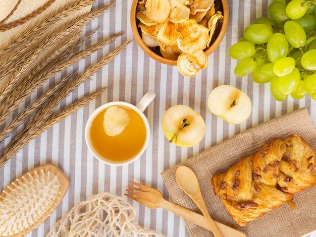 Układ widok z góry z ciasta i owoców Darmowe Zdjęcia