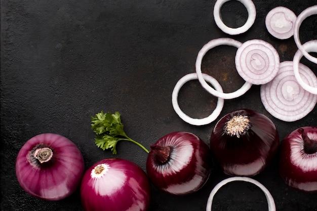 Układ Z Czerwoną Cebulą Powyżej Widoku Premium Zdjęcia