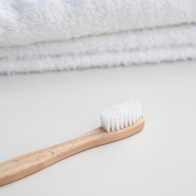 Układ Z Ręcznikami I Szczoteczką Do Zębów Premium Zdjęcia