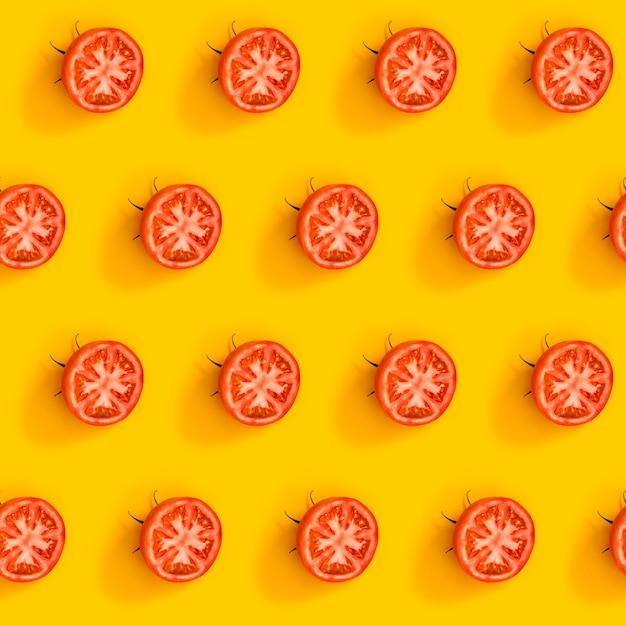 Ukośny Wzór Z Dojrzałych Soczystych Pomidorów Pokrojonych Na Pół Premium Zdjęcia