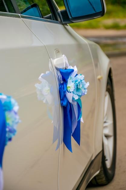 Ukraina, dnipro - wrzesień 29/2018: nowożeńcy dekorowali ślubnego samochód. Premium Zdjęcia