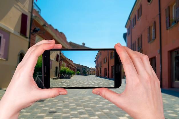 Ulica W Santarcangelo Di Romagna Włochy Europa. Zdjęcie Zrobione Telefonem Premium Zdjęcia