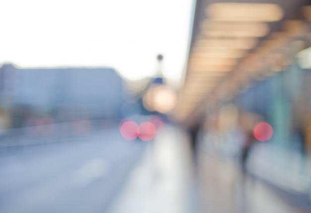 Ulica Z Białym Oświetlonym Struktury I Ludzi Darmowe Zdjęcia