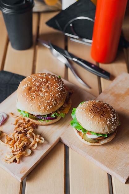 Uliczne Jedzenie Na Drewnianym Stole Premium Zdjęcia