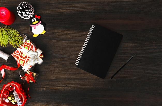 Ulotka Pamiętnik Pocztówka Makiety Na Boże Narodzenie Szyszki Kolorowe Dekoracje Na Biały. Premium Zdjęcia