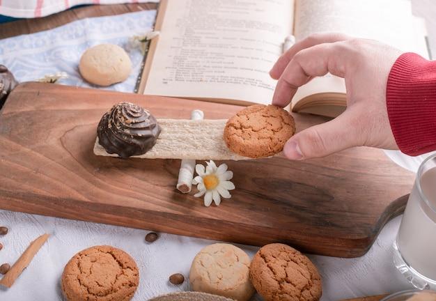 Umieszczenie Ciasteczka Na Drewnianej Desce Na Kawałku Krakersa Darmowe Zdjęcia