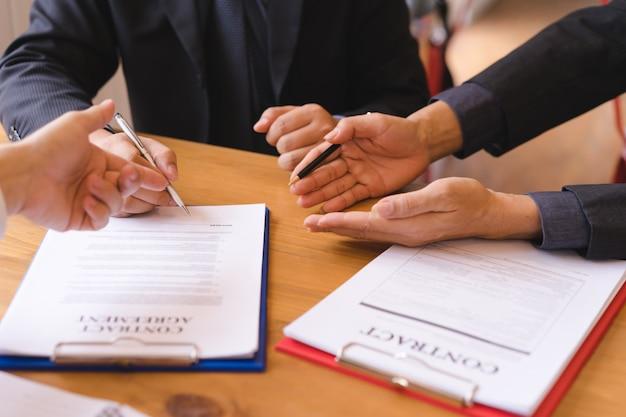 Umowa o podpisanie umowy o współinwestycji po udanej transakcji. umowa biznesowa oraz spotkanie i powitanie. Premium Zdjęcia