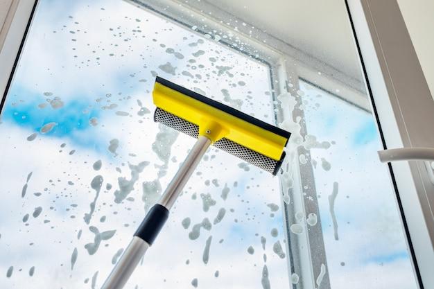 Umyj Okno. Błękitne Niebo I Białe Chmury. Premium Zdjęcia